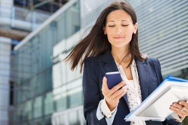 Mujer, en, teléfono celular