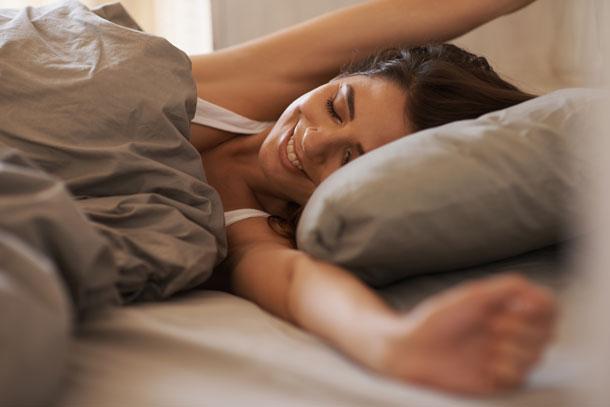 mujer despertándose renovada