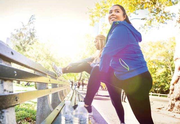 Dos mujeres estiradas afuera antes de correr