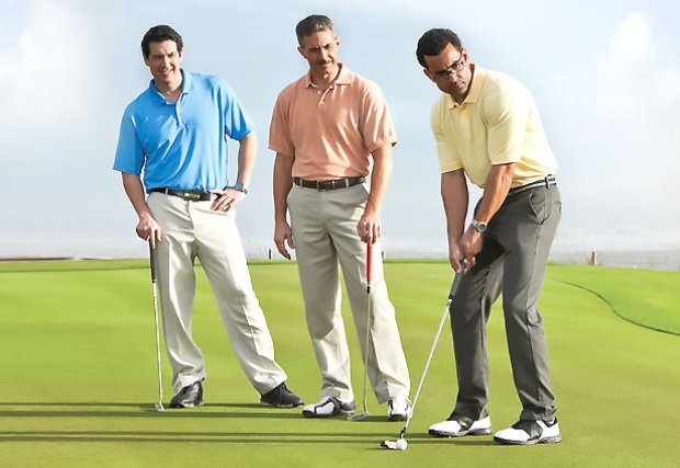 Hombres en campo de golf