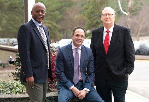 Dar la bienvenida a tres médicos para cuidar a la comunidad y ayudar a mejorar vidas.